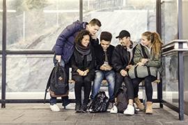 Unga som väntar på bussen. Ungdomarna på bilden har inget med forskningsprojektet att göra. Foto: TT Bildbank