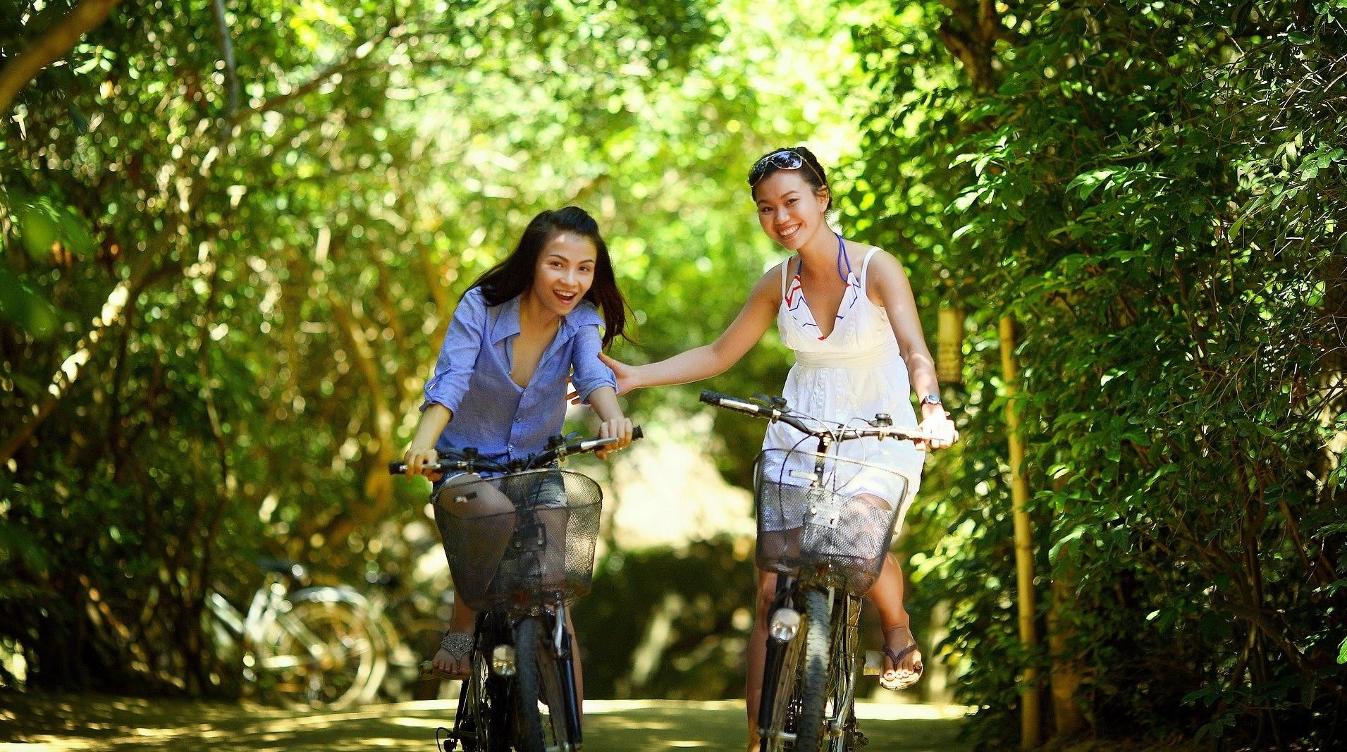 flickor som cyklar