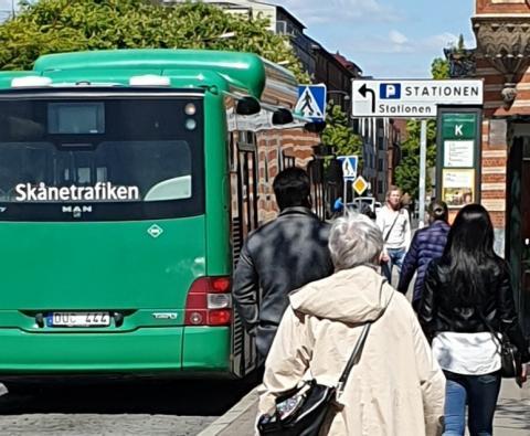 resenärer på väg till bussen